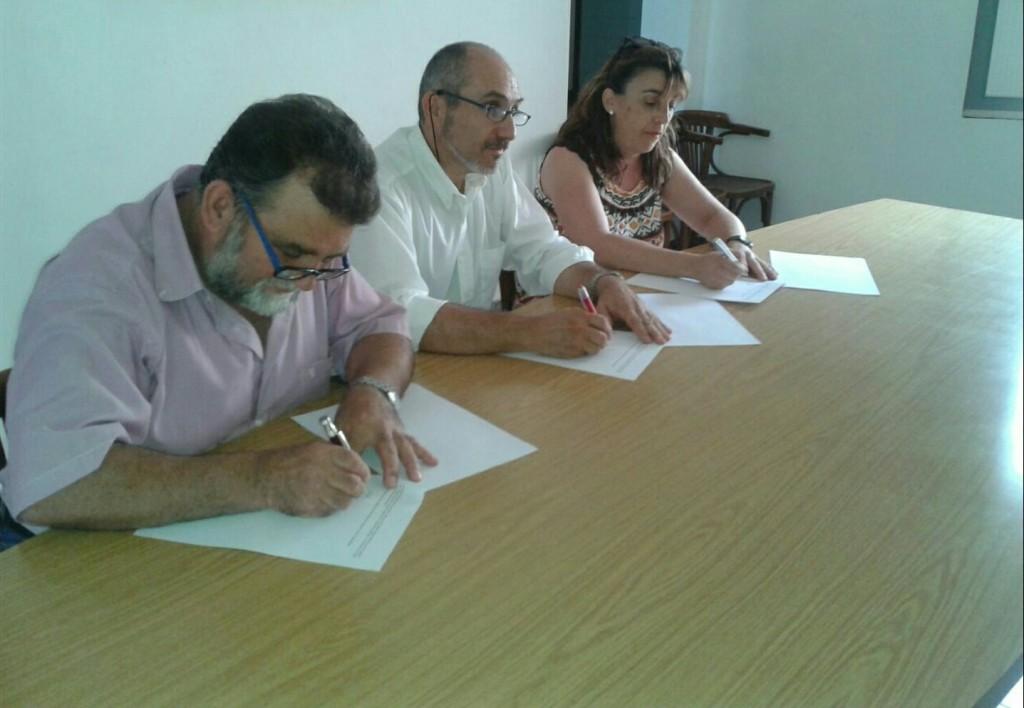 Signatura de l'acord de govern pels caps de llista de les tres formacions